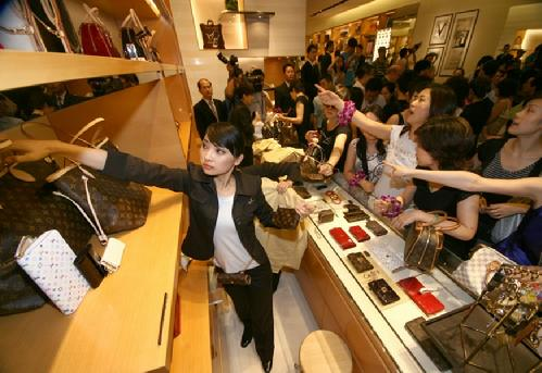 luxury market in china Hong kong -- china's luxury spending jumped by a fifth in 2017 as rising incomes and the spread of convenient payment technologies pushed younger shop.